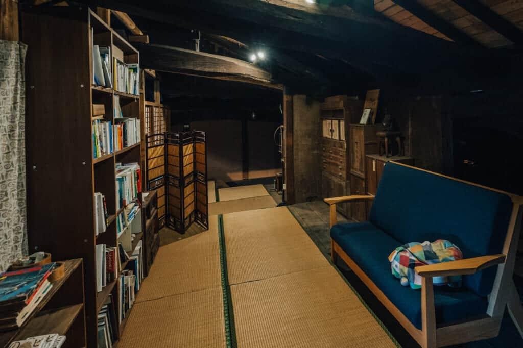 A l'étage de la maison, un coin lecture face à une bibliothèque