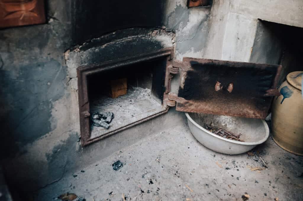 cheminée sous une baingoire traditionnelle japonaise pour chauffer le bain