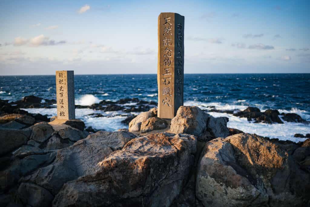 stèles japonaises en bord de mer