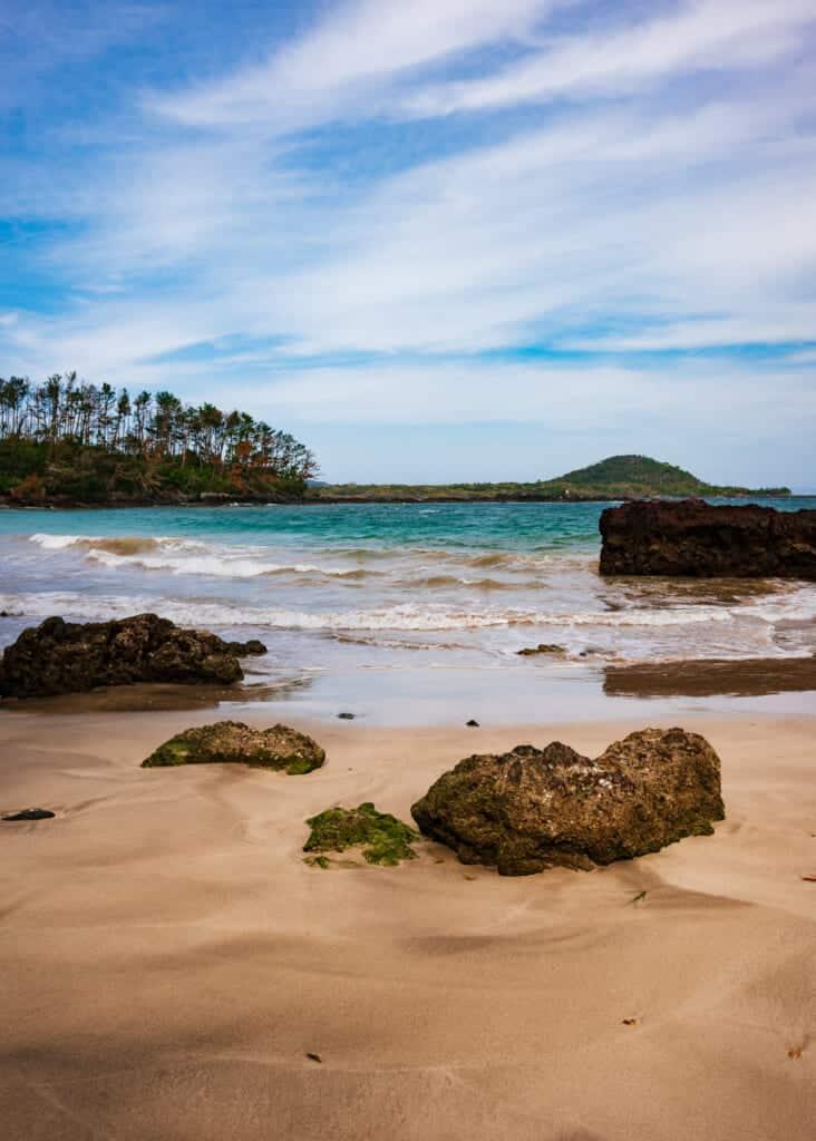 Des vagues sur la plage de kakinohama à Ojika