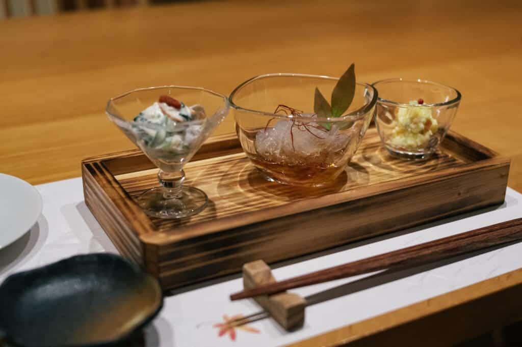 appéritifs japonais servis dans un restaurant inscrit au guide Michelin