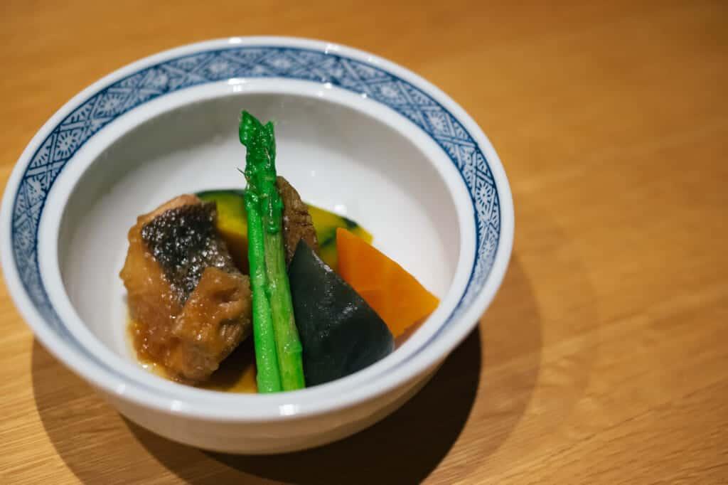 Plat japonais servi dans un petit bol individuel