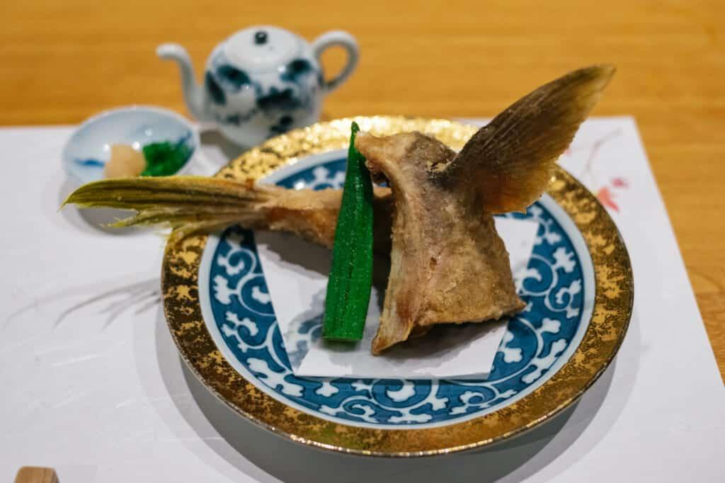 queue de poisson cuisinée dans un restaurant japonais