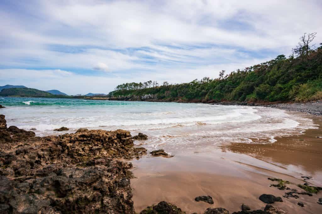 la plage de kakinohama à ojika possède des eaux turquoises exceptionnelles