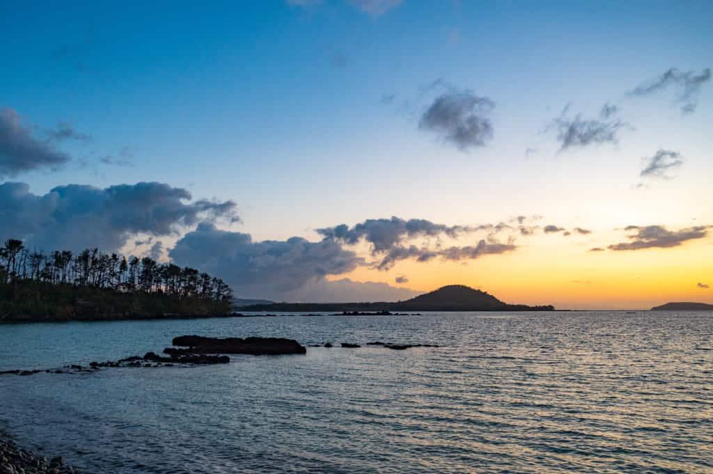 lever de soleil sur une plage à Ojika