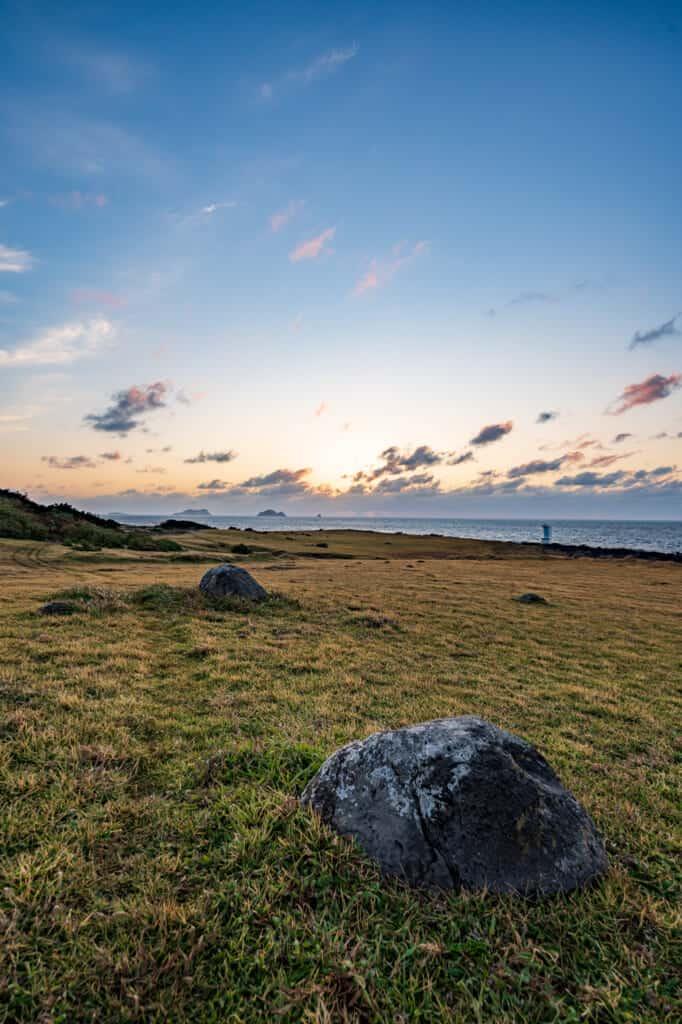 coucher de soleil sur une prairie en bord de mer