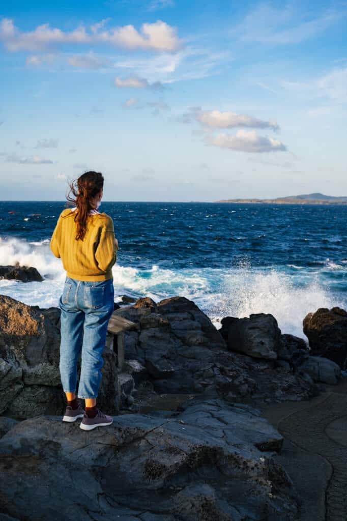 Une personne observe l'horizon depuis des îles japonaises