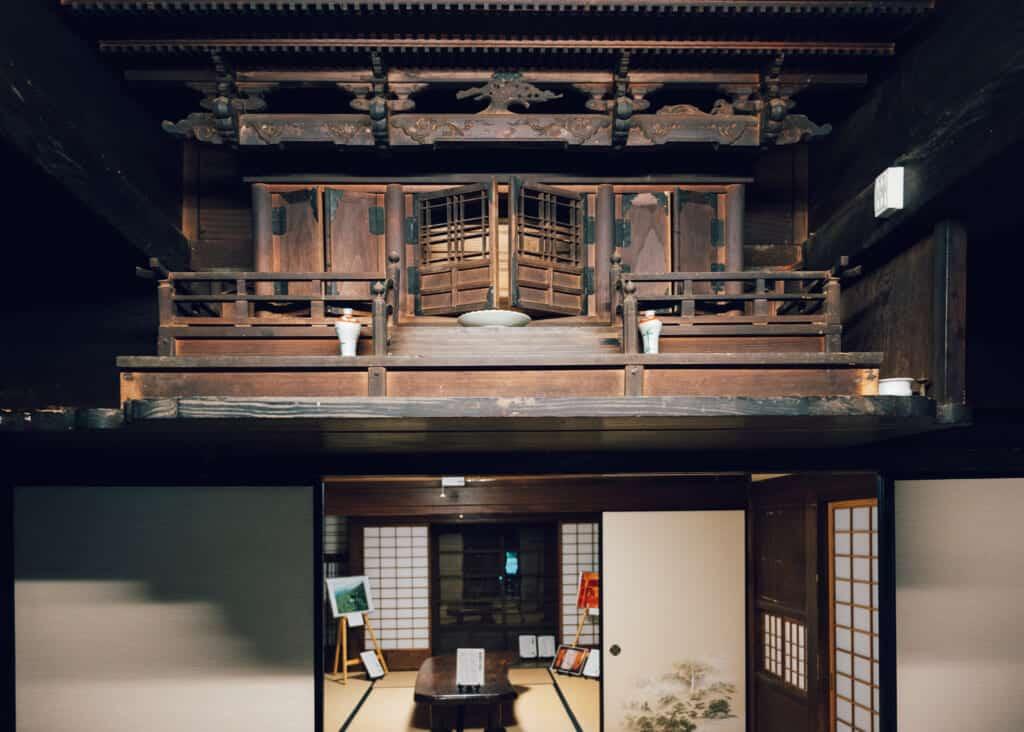 L'autel familial d'une maison japonaise abandonnée