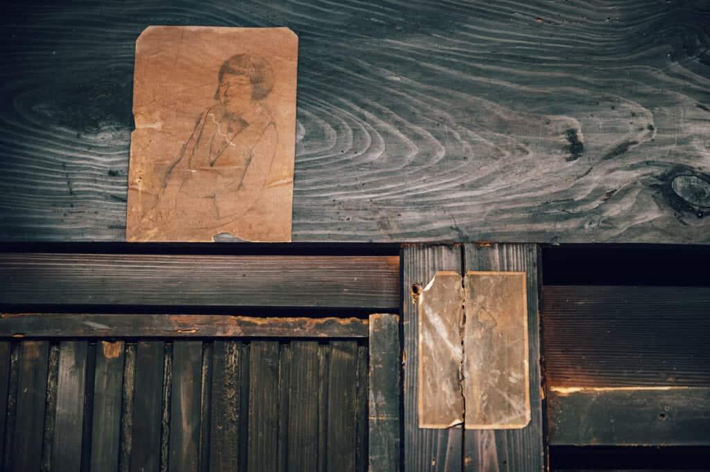 Vieux dessis accrochés au mur d'une maison japonaise abandonnée