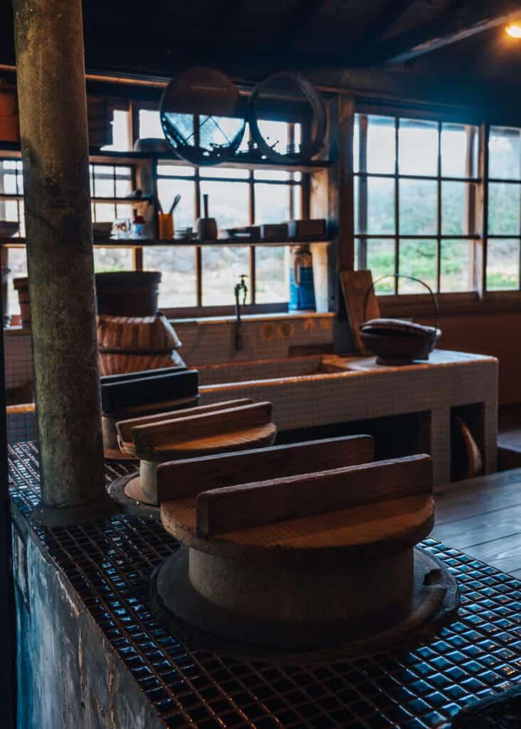 Ancienne cuisine d'une maison abandonnée sur l'île de Nozaki