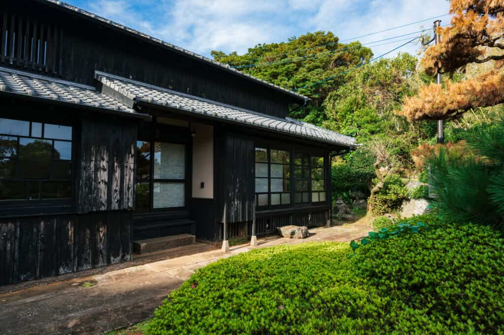 l'extérieur de la kominka Ichie-an à Ojika