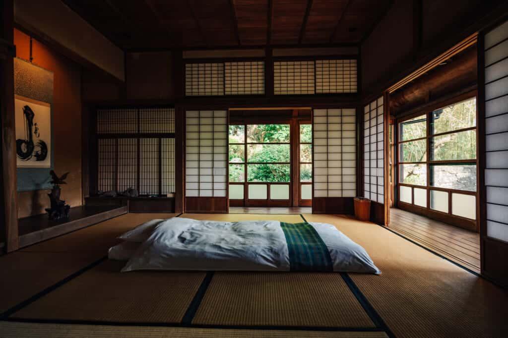 Un futon sur le sol en tatamis d'une maison traditionnelle japonaise