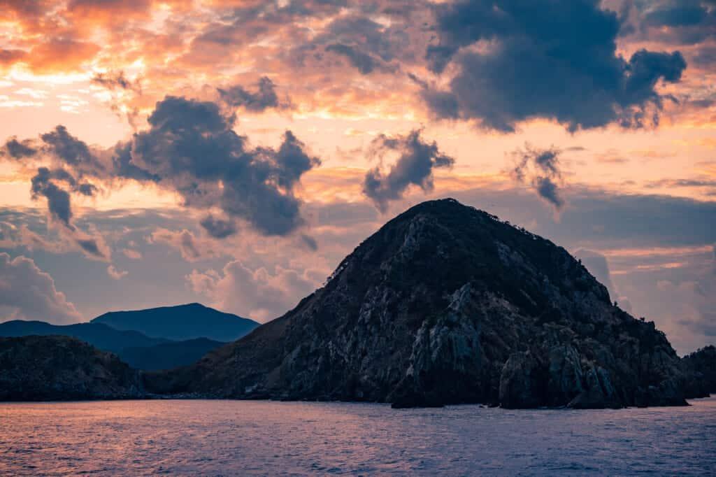 Lever de soleil nuageux sur les îles de Goto