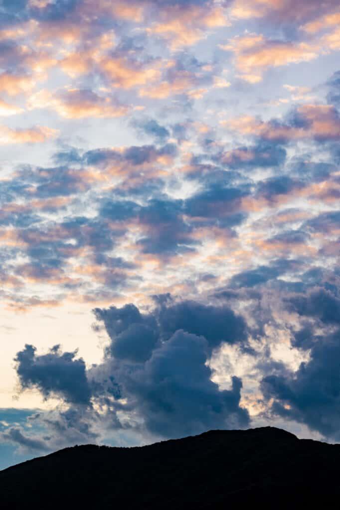 ciel nuageux lors d'un lever de soleil sur une île japonaise