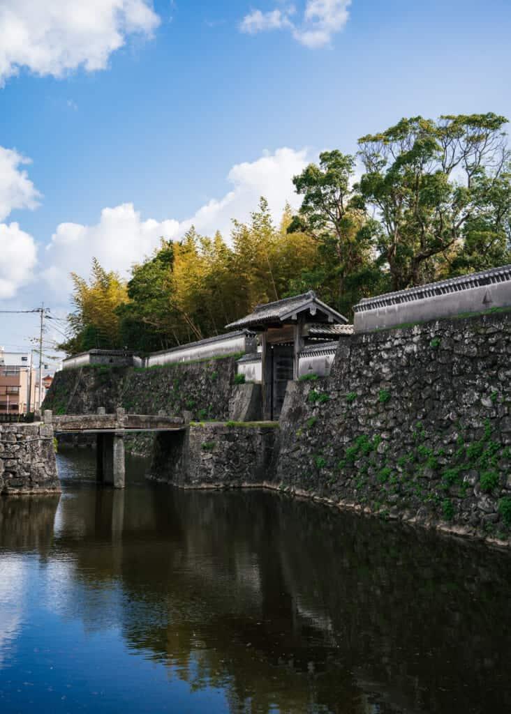 Douves et portes du château d'Ishida dans la ville de Goto