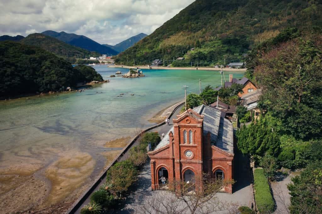 Une vue de drone du monument aux Chrétiens cachés de l'église de Dozaki sur les îles de Goto