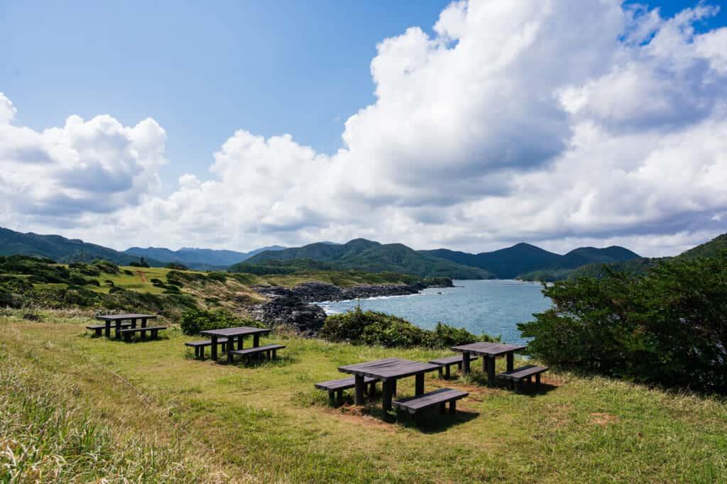 Tables pour pique-nique au parc de Gyogasaki