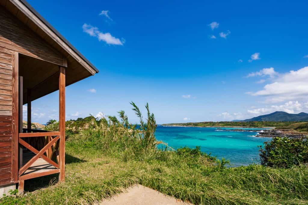 Cabine de location surplombant la plage de Hamada dans les îles de Goto