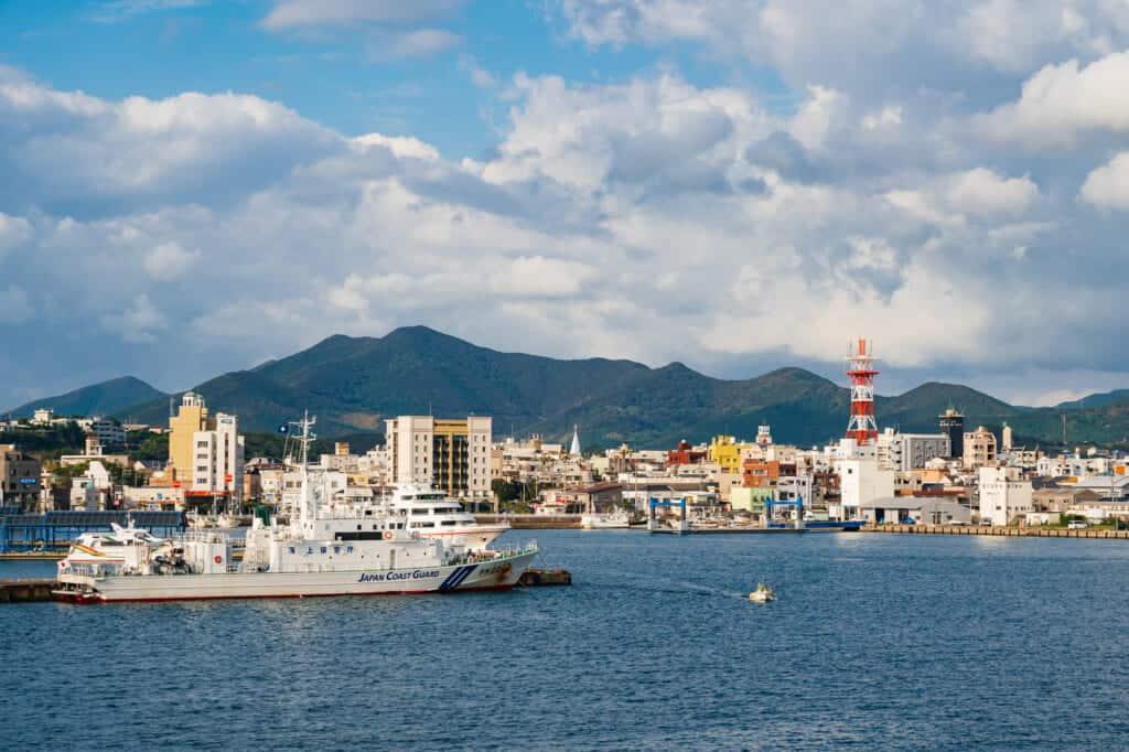 Un ferry approchant de la ville de Goto dans la préfecture de Nagasaki