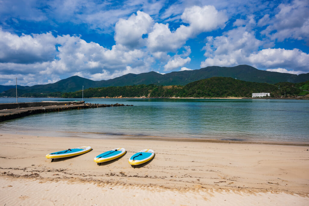 stand up paddle (sup) sur une plage