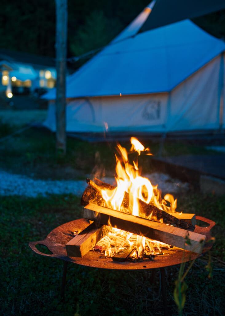 Feu de camp sur les îles Goto à Nordisk Village