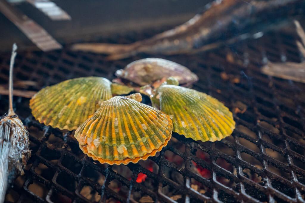 coquilles st jacques entrain de cuire sur un barbecue japonais