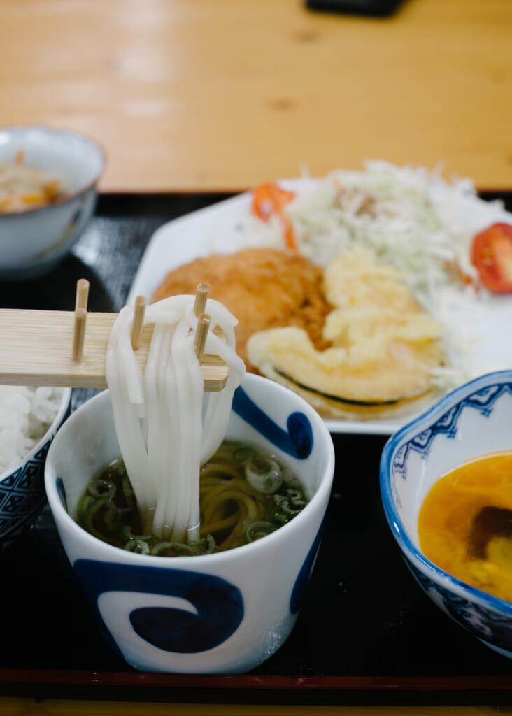 des udon de Goto trempés dans une sauce tsuyu