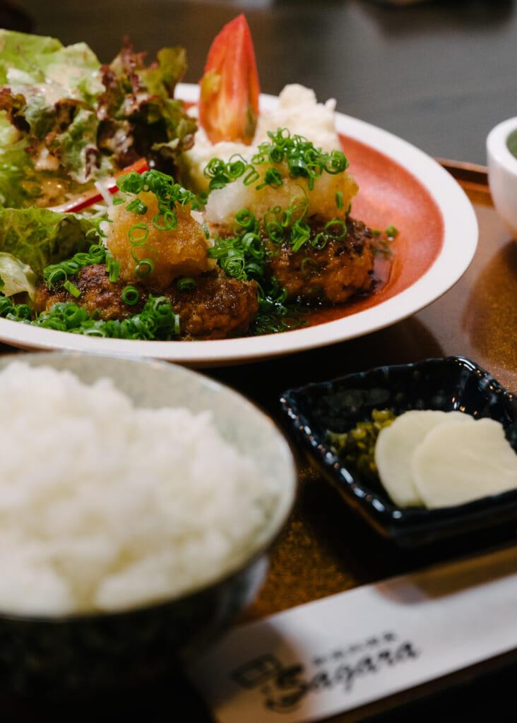 un plat de oroshi hamburg dans un restaurant à Goto