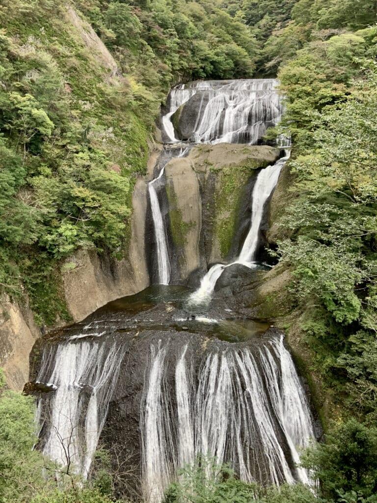 la cascade de fukuroda, l'une des plus grandes cascades du Japon