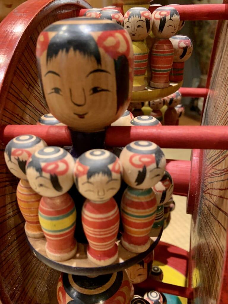 poupée traditionnelle en bois kokeshi