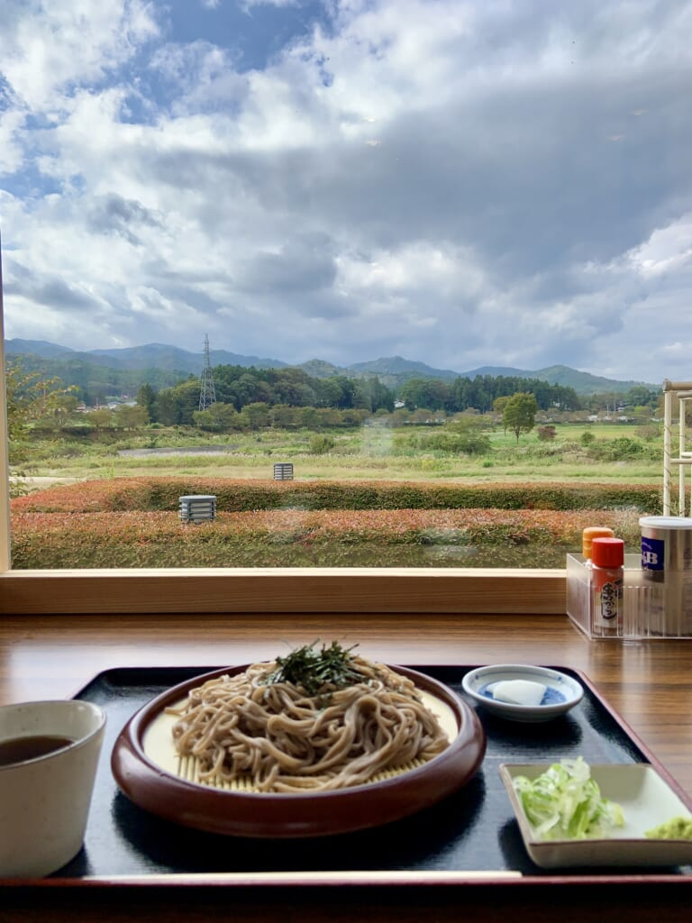 plat de soba devant une vue magnifique dans la préfecture de fukushima