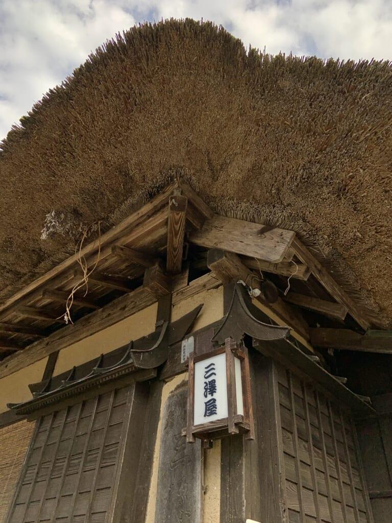 toit en paille d'une maison traditionnelle japonaise