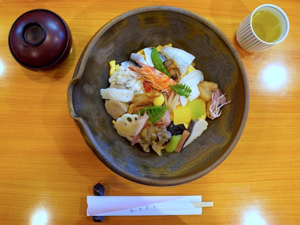 Barazushi servi dans un bol en terre cuite