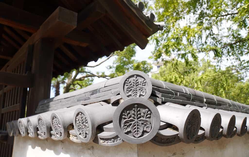 Tuiles sur un portail