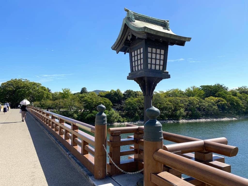 Lampe sur le pont Tsurumi
