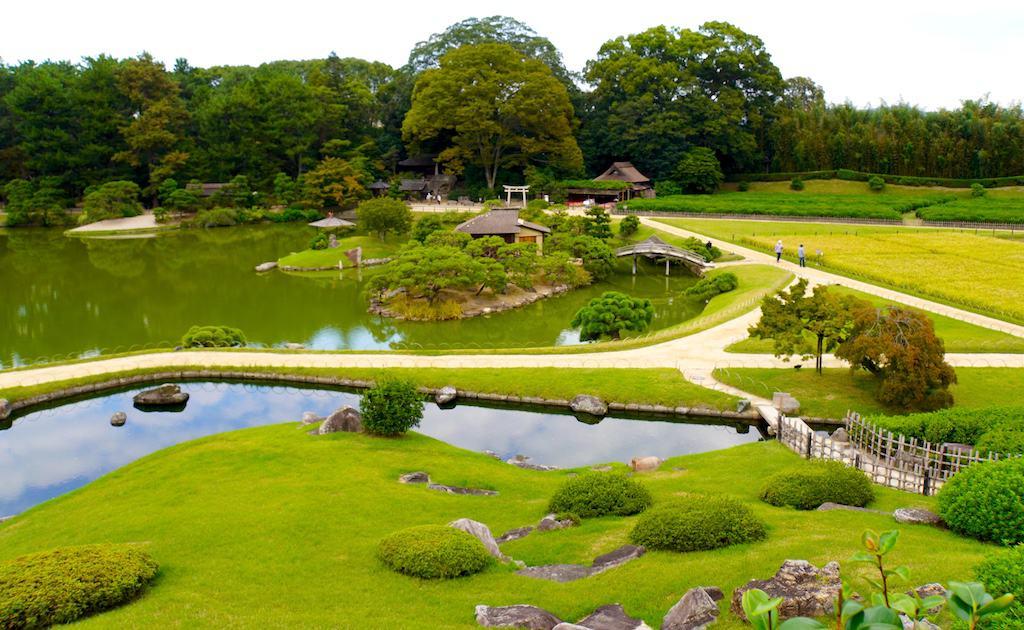 Vue centrale du torii de Jigen-do derrière l'étang Sawa-no-ike