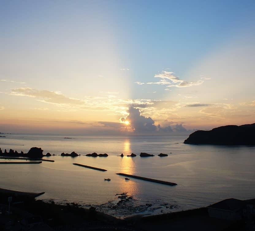 le soleil se levant sur la côté japonaise de kushimoto