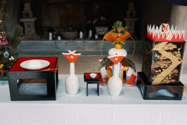 offrandes du nouvel an déposées devant un sanctuaire à Okinawa