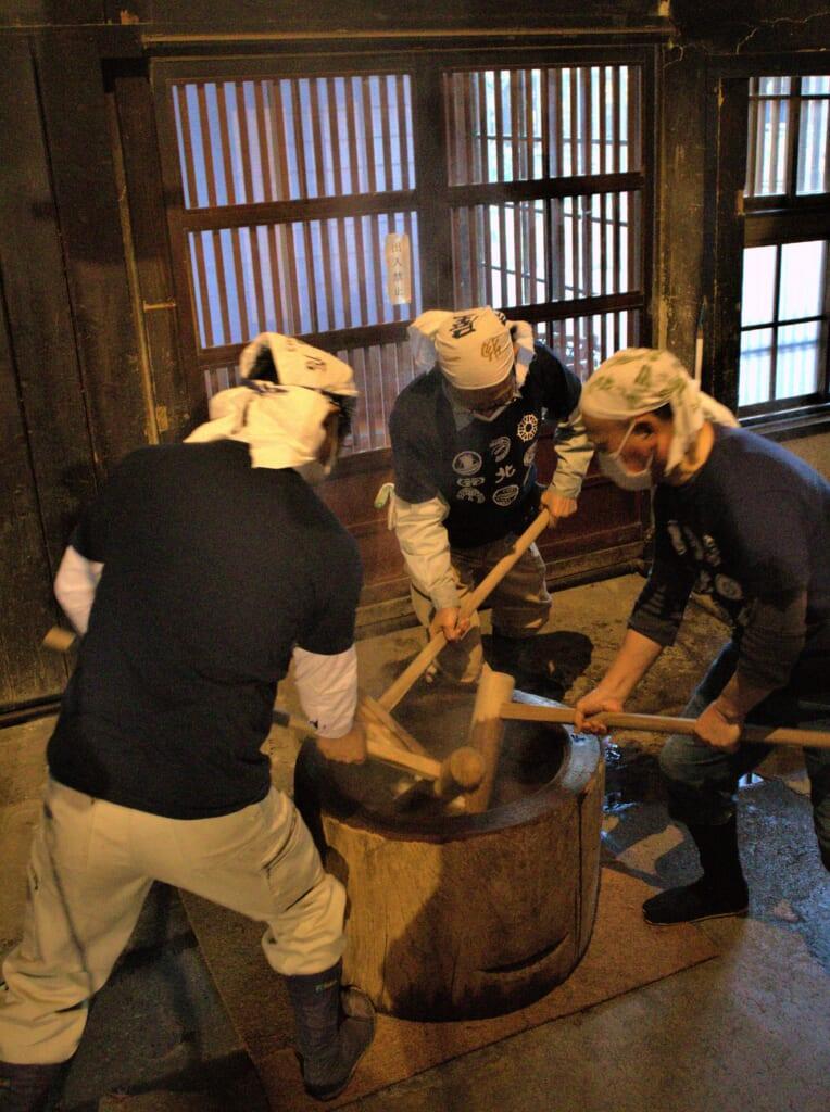 Mochi-tsuki, battage du mochi