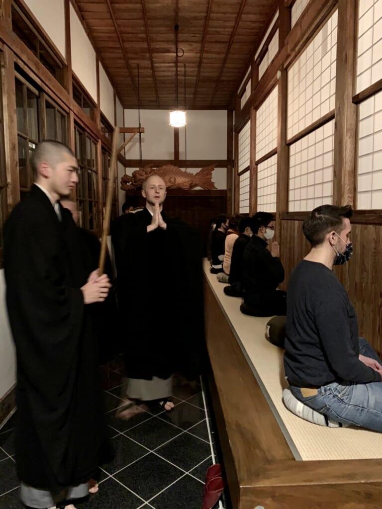 Séance de méditation zazen et moine pratiquant le gasshō