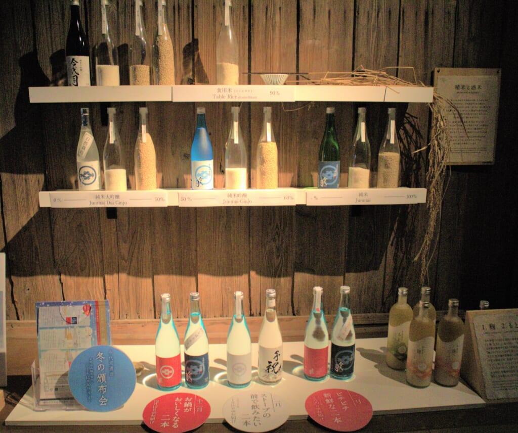 bouteilles de saké dans une brasserie à Niigata
