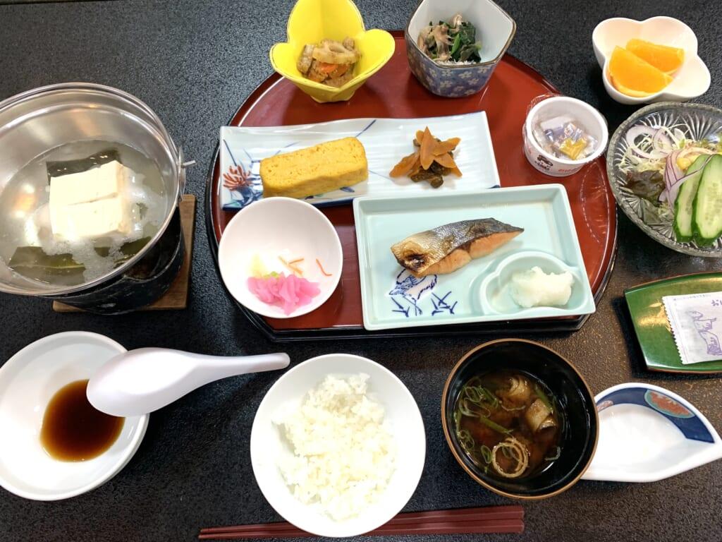 Petit déjeuner dans un ryokan sur l'île de Sado