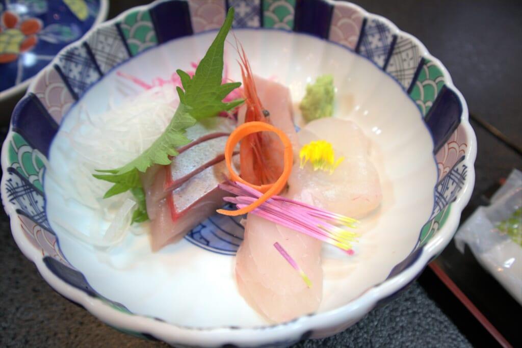 Sashimis dans le restaurant d'un hôtel de l'île de Sado