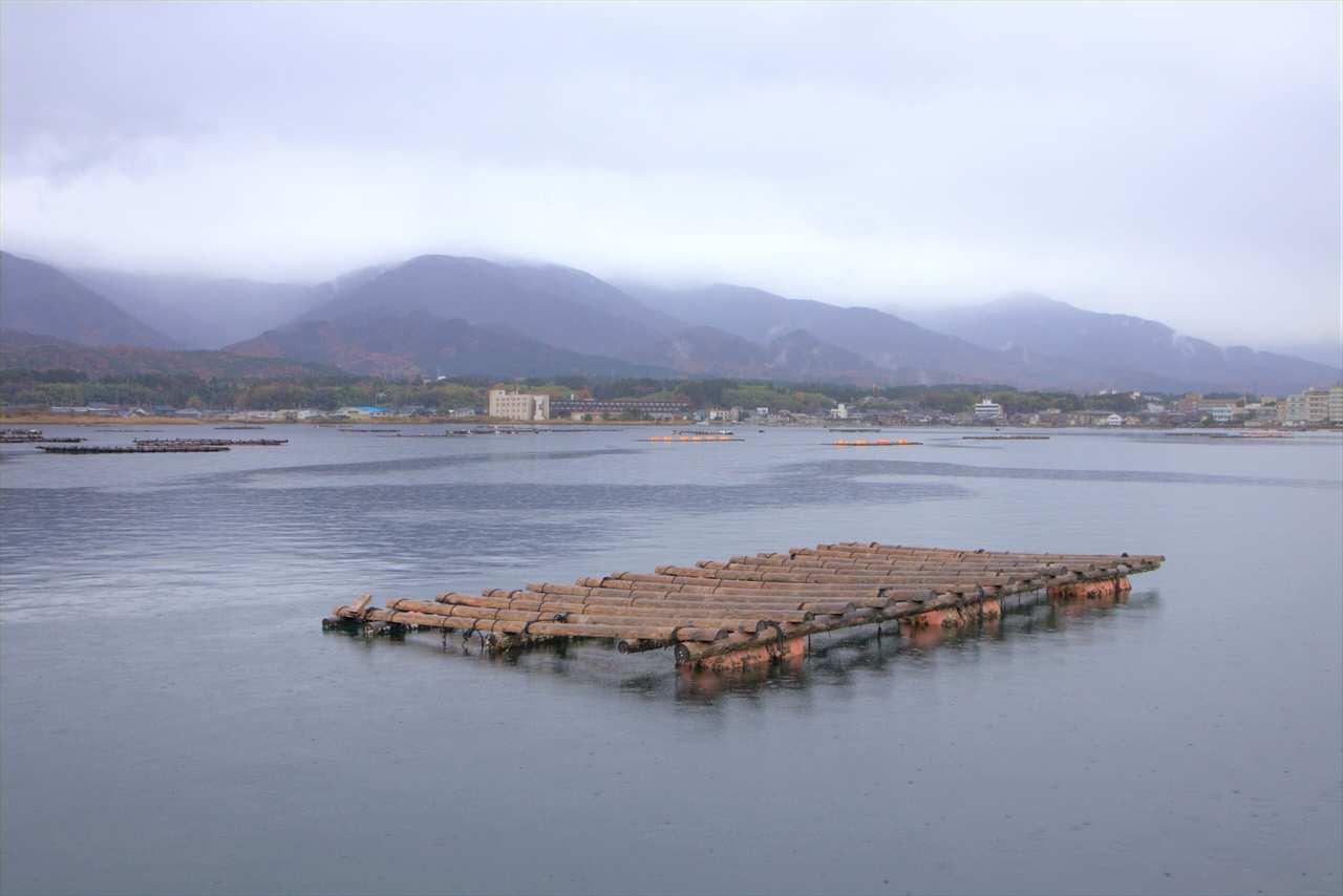 Installations ostréicoles sur un lac de l'île de Sado