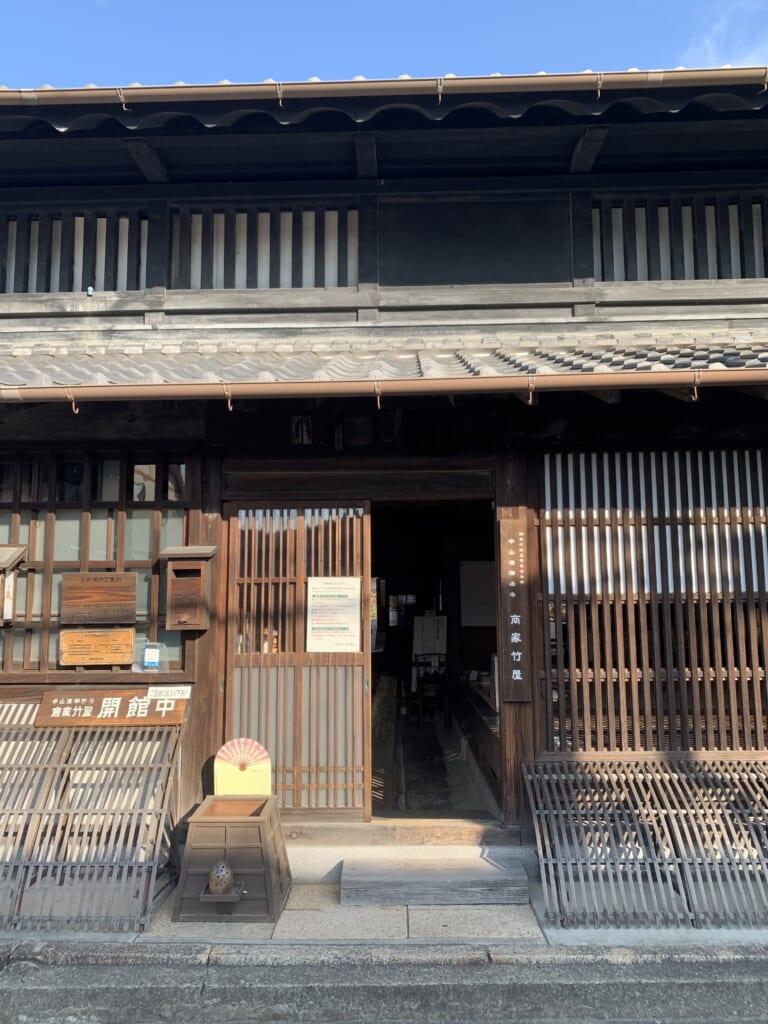 Façade en bois d'une ancienne maison japonaise traditionnelle
