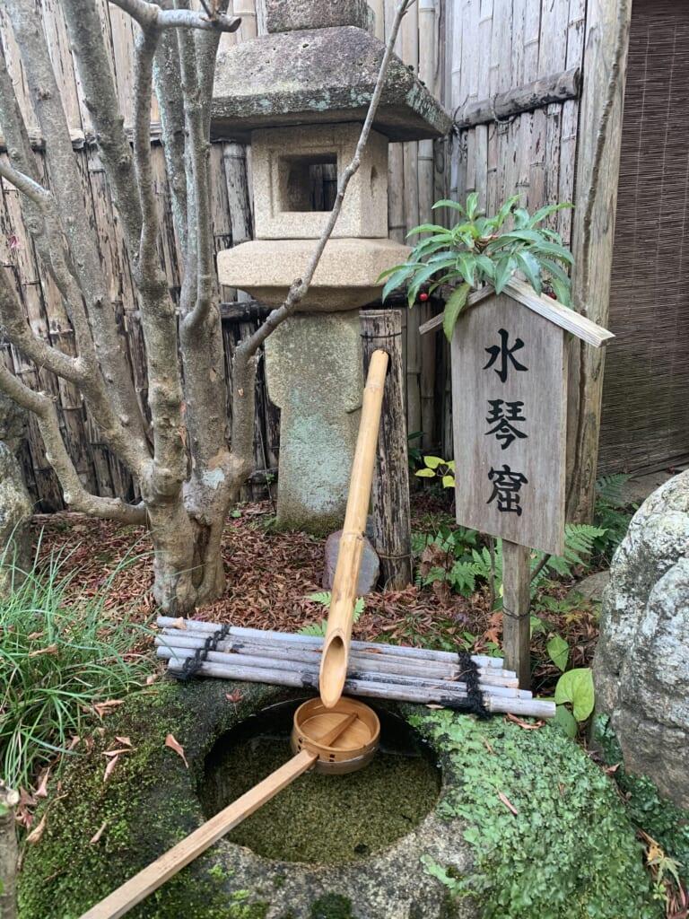 Fontaine dans un jardin japonais