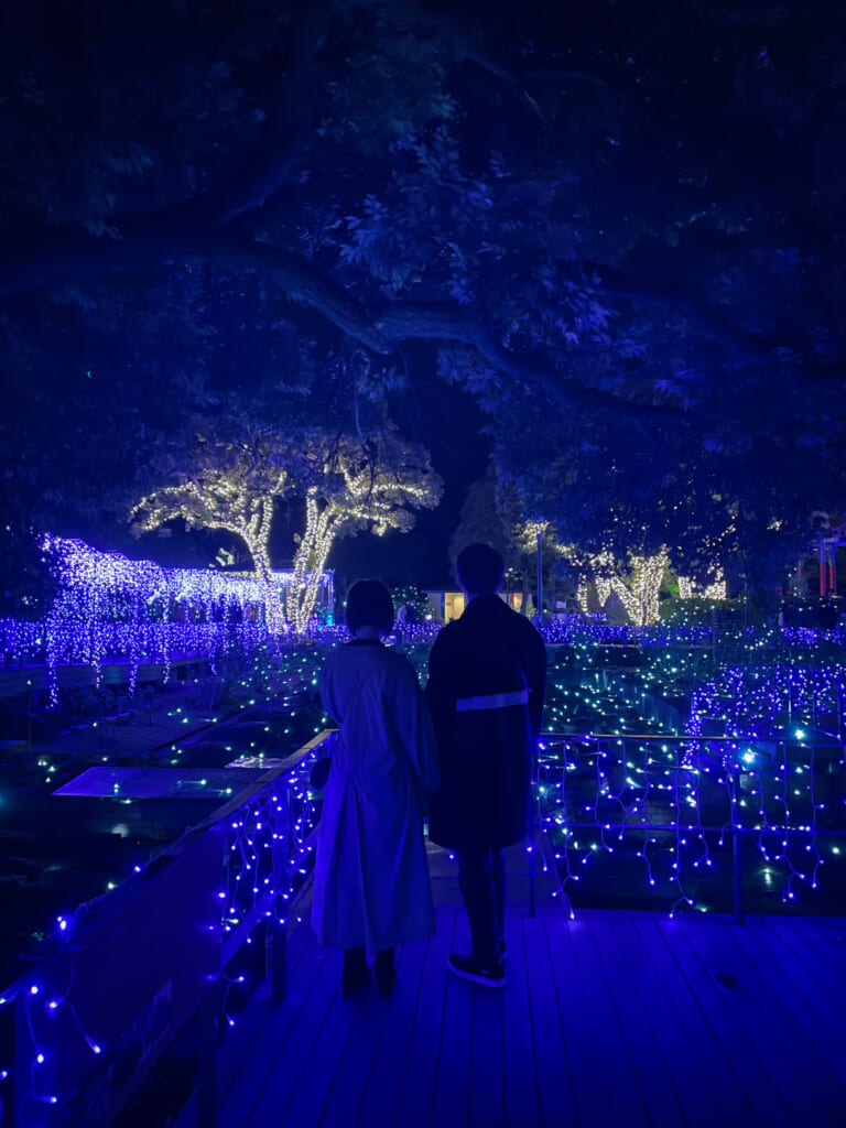 Un couple devant les illuminations d'Enoshima. © Lucia Tsujiguchi