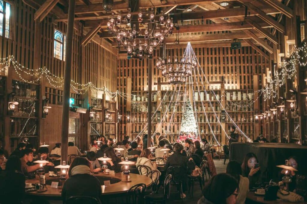 Un restaurant décoré pour l'occasion © Joachim Ducos