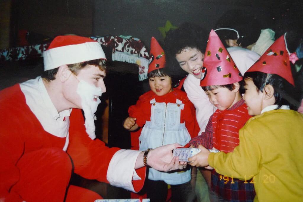 Tomoko partage avec nous une photo de lorsqu'elle était enfant avec un soi-disant Père Noël.