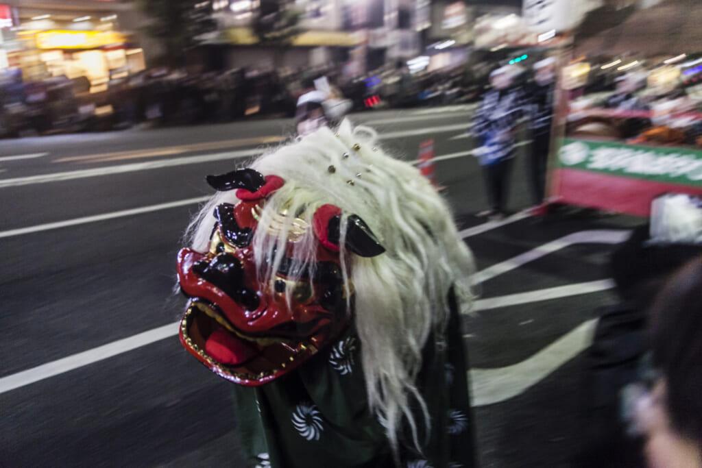 Personne déguisée en lion pour le nouvel an japonais